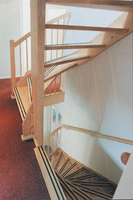 Houten trappen bouwpakkettrappen en doe het zelf trappen for Trap naar boven