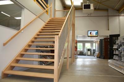 Trappen foto 39 s van op maat gemaakte trappen for Vurenhouten trap